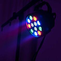 Nur 0,5 kg schwer und locker mit einem Finger zu tragen – der LED PARty ist wohl einer der kleinsten und vor allem leichtesten Stimmungsmachern unter den PAR-Spots! Ausgestattet mit zwölf 1-W-LEDs in Rot, Grün, Blau und Weiß liefert er für seine Dimensionen eine höchst erstaunliche Leistung ab und ist dabei erfreulich vielseitig. Led, Color Changer, Strobing, Color Mixing, Beams, Colours, Display, Finger, Products