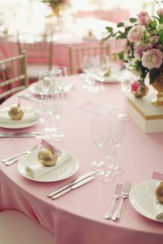 Beautiful table setting with gorgeous flowers—romantic Moscow wedding❣ Ruffled
