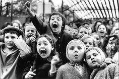 """Photo par Alfred Eisenstaedt. «Les enfants Regarde St. George Tuer le Dragon au Théâtre de marionnettesaux Tuileries,"""" Paris, 1963"""
