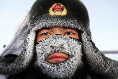 Escarcha cubre la máscara y parte del sombrero de un soldado del Ejército Popular de Liberación (EPL) mientras monta guardia, cerca de la frontera de China y Rusia, en Heihe.