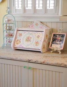 Shabby Bread Box - geeze I love this bread box !