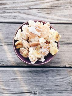 Banana Pudding Popcorn via Eclectic Yellow House Popcorn Shop, Candy Popcorn, Flavored Popcorn, Popcorn Recipes, Snack Recipes, Dessert Recipes, Cooking Recipes, Healthy Popcorn, Gourmet Popcorn