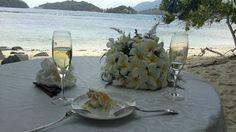 Seychellit. Sainte Anne Island. Rauhallinen ja romanttinen tunnelma rannalla - hääkakkua ja samppanjaa auringon laskiessa.