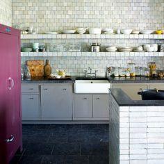 Zelliges et dégradés de gris dans la cuisine