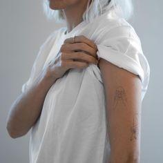 Bernard Forever - Tatouages éphémères - Lazy Afternoon - https://bernardforever.fr/tatouage-ephemere/99/lazy-afternoon Johanna Olk est une jeune artiste française vivant à Guéthary et travaillant souvent à Paris.  Elle imagine des images graphiques aux tr