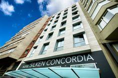 El recientemente renovado hotel Silken Concordia, ahora hotel de 4 estrellas, está situado enfrente de la estación de metro Poble Sec, a diez minutos a pie de las famosas Ramblas de Barcelona, a 800 metros de la plaza de España y la Fira de Barcelona.  http://www.hoteles-silken.com/hoteles/concordia-barcelona/