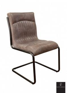 """Råtøff og behagelig Old Amsterdam spisestol med historisk preg! Sittekomfort er svært subjektivt men denne stolen burde falle i smak hos de fleste! Stolen har en behagelig svei og burde innby til mange avslappende timer i godt selskap!   Stolen er produsert av """"vintage skinn"""" og har et rammeverk i pulverlakkert jern.    Stolen har en karakterisk """"smokey grey"""" farge. Dette innebærer at det underliggende skinnet er farget brunt og at det deretter er påført en grå avsluttende patina."""