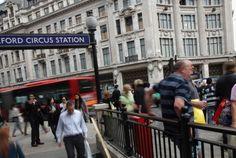 @berbagiituindahlo @tarmizi_waktar  Aparat Amankan Stasiun Oxford Circus di London >>>>>>>>>>>>>> REPUBLIKA.CO.ID LONDON  Aparat keamanan melakukan evakuasi pada warga yang berada di sekitar stasiun kereta bawah tanah Oxford Circus di London menyusul adanya kabar ancaman serangan pada Jumat (24/11). Polisi juga telah menutup stasiun dan meminta warga menjauhi lokasi. Namun begitu hingga kini petugas keamanan belum memberikan informasi resmi terkait kabar serangan tersebut. Petugas sedang […