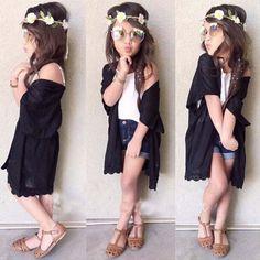 A las niñas les encanta la moda de mayores. Estilo boho chic para ellas.  #niña #bohochic #estilo #flores #pantaloncorto #sandalias