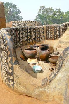 Casas feitas de barro, com uma decoração natural, detalhada e bem característica fazem parte da vila de Tiébélé, localizada no sul de Burkina Faso.