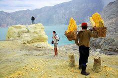 Hamparan kuning lahan belerang berpadu cantik dengan kawah gunung yang membiru di Kawah Gunung Ijen, Jawa Timur. (c) flickriver.com