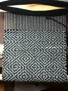 Diamond Twill by workingyarn Weaving Designs, Weaving Projects, Weaving Patterns, Card Weaving, Tablet Weaving, Inkle Loom, Loom Weaving, Art Du Fil, Weaving Textiles