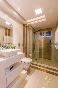 Tamara Vieira - banheiro em pastilhas douradas