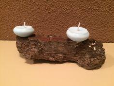 "Esenzials - ""Candle Collection"" - Velas naturales de Musk sobre porta velas de corteza de pino."