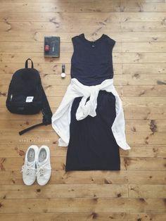 旅行の時に楽な黒のマキシワンピース。それだけだと重くなりがちですが、腰に白いシャツを巻いたり、白いスニーカーを合わせれば、歩きやすいし日焼け対策にも◎
