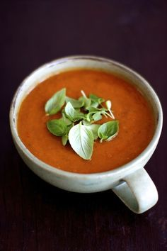 This roasted tomato soup is one of the easiest soups to make and it's a crowd pleaser! Roasted Heirloom Tomatoes, Roasted Tomato Basil Soup, Roasted Tomatoes, Roast Tomato Soup Recipe, Tomato Soup Recipes, Vegetarian Soup, Vegan Soup, Vegetarian Recipes, Easy Soups To Make