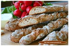 Außen herrlich knusprig und innen mit mischbrotähnlicher Textur! Die köstlichen Brotteigstangen passen ideal zum Abendbrot, als Snack für zwischendurch und perfekt zu Gegrilltem! Für dieses Rezept gibt es eine Videoanleitung: https://youtu.be/vzVYknA_Q-s?pid=12405 FREI VON: Gluten, Weizen, Hafer, Mais, Soja, Fertigmehl, Laktose, Milch, Ei, Haushaltszucker Für 6 Stück Für den Teig: 250ml lauwarmes Wasser 1/2 Würfel Hefe …