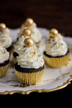 Brownie Cupcakes, New Year's Cupcakes, Cupcake Cakes, Holiday Snacks, Christmas Snacks, Christmas Cupcakes, New Year's Desserts, Delicious Desserts, Holiday Baking