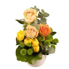 Oubliées les rigueurs de l'hiver avec cette composition gaie et colorée qui fait la part belle aux fleurs de saison. Véritable bain de jouvence, cette fraîche composition vous transporte dans un univers de subtile élégance. Composition valeur sûre à offrir d'urgence !