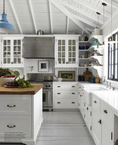 English Charm in California is part of Cottage decor Blue - The new, April issue of ELLE DECOR features a very interesting house in Mill Valley, California The home was renovated by one of my favorite architects, Gil Schafer while the interiors Cottage Shabby Chic, Cocina Shabby Chic, Cottage Style, Cottage Homes, Cottage Farmhouse, Cottage Living, Farmhouse Style, Elle Decor, Cottage Kitchen Cabinets