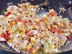 Pyszna sałatka z sosem czosnkowym Polecam Wam pyszną i aromatyczną sałatkę warzywną z sosem czosnkowym. Jej dużym plusem jest to, że robi się ją bardzo łatwo i szybko, a więc jest to świetna opcja na smaczną przekąskę, gdy odwiedzą nas niespodziewani goście.  Składniki: 20dkg chudej szynki 4 jajka 1 szklanka kukurydzy konserwowej 1 ogórek … Salad Recipes, Snack Recipes, Snacks, Tzatziki, Quinoa, Grilling, Food And Drink, Appetizers, Rice