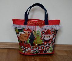 Christmas+bag+no.+3+Vánoce+jsou+skoro+tady+a+my+jsme+se+rozhodli+ušít+vánoční+koše+pro+vaše+děti.+Každý+košík+má+rolničky+a+červenou+mašličku.+Uvnitř+je+podešívka.+Rozměry:+Výška:+23+cm+Šířka:+35-25+cm