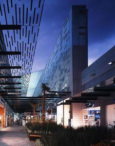 Fachada ventilada de centro comercial paseo Acoxpa. módulos de terracota extruida marca Alphaton