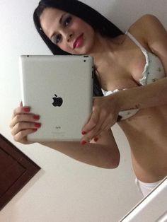 Travesti Bruna Castro tirando foto no espelho!