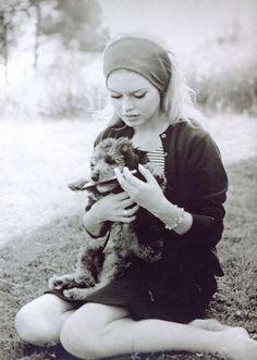 Brigitte Bardot with puppy - Comédienne française - 1934- Fondatrice d'une association de protection animale.