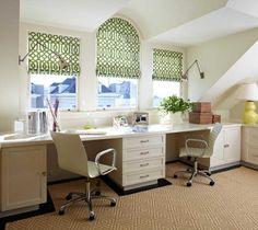 Общий длинный стол у окна, раздельные светильники