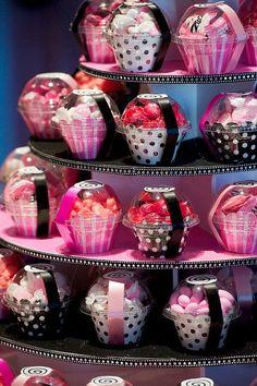 Una muy bonita presentación de cupcakes para mesas. #Postres