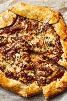 The trick to making this simple, stylish dish taste incredible is this: Don't rush. You want to really caramelize the onions to give. Brunch Recipes, Appetizer Recipes, Dinner Recipes, Soup Appetizers, Breakfast And Brunch, Gallette Recipe, Great Recipes, Favorite Recipes, Plat Simple