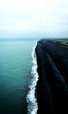 Stunning black sand beaches you need to check out when visiting Iceland Wallpaper Praia, Preto Wallpaper, Iceland Wallpaper, Landscape Photography Tips, Beach Photography, Travel Photography, Aerial Photography, Dark Beach, Pink Sand Beach