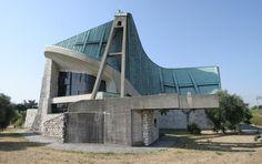 Giovanni Michelucci, Italiaanse architect, stedenbouwkundige en designer(1891-1990). Zijn leven besloeg nagenoeg de gehele 20e eeuw. Hij was een van de grote Italiaanse architecten van die eeuw, bekend door o.a. het Firenze Santa Maria Novella treinstation en de kerk van San Giovanni Battista op de Autostrada del Sole.(hier afgebeeld)
