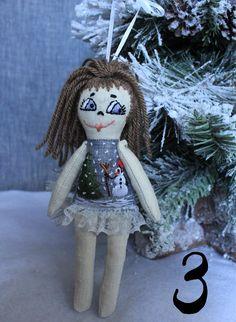 Bambole a tema invernale, realizzate a mano in tessuto di lino, ricamate con filo di cotone, filo metallizato e perline. Le bambole sono alte circa 18cm e possono essere usate sia per giocare, che per decorare lalbero di Natale oppure una ghirlanda natalizia: per questo motivo