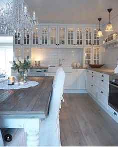 I like the wide wall with all the glass front cabinets, would be .- Ich mag die weite Wand mit all den Glasfrontschränken, wäre gut für jedes I like the wide wall with all the glass front cabinets, would be good for everyone … - Farmhouse Kitchen Tables, Country Kitchen, New Kitchen, Kitchen Decor, Kitchen Sink, Kitchen Cabinets, Kitchen Dishes, Kitchen Ideas, Farmhouse Sinks