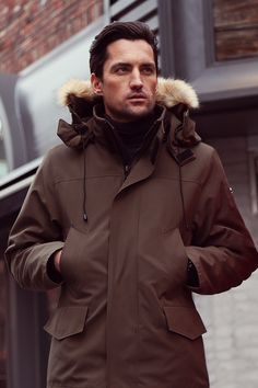 North Aware's Men's Classic Smart Parka 1.0 Select 90/10 duck down insulated winter coat is the perfect mix of class and style. No matter the function, you will always look the best wearing this jacket.