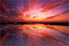 poster-sonnenuntergang-und-wolken-spiegeln-sich-auf-dem-wasser-215262.jpg (500×332)
