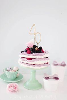 Pavlova-Torte mit Beeren