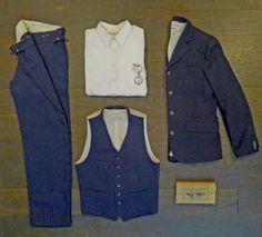"""Der Inhaber von Merz bei Schwanen hat seinen eigenen Anzug entworfen. Inspiriert von einfacher Arbeiterkleidung entstand sein """"Anzug No 1″. Er wird komplett in Deutschland gefertigt."""