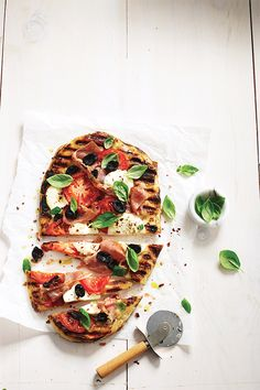 Grilled pizza - Transform your barbecue into a backyard pizza oven. (It's the easiest, fastest most fun way to have pizza, we promise. Barbecue Recipes, Grilling Recipes, Cooking Recipes, Lidia's Recipes, Dinner Recipes For Kids, Healthy Dinner Recipes, Vegetarian Recipes, Bbq Food List, Pizza Cool