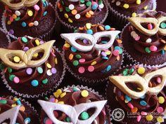 Carnaval chegando, dias de folia, alegria, brincadeiras. E seu filho(a) faz aniversário justo nessa época? Porque não aproveitar e ... Masquerade Cakes, Sweet 16 Masquerade, Masquerade Party, Cake Mix Desserts, Cupcake Recipes, Cookie Recipes, Biscuits, Cute Cupcakes, Mini Cakes