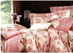 Спално бельо за вашата спалня в цвят шампанско. Комбинацията от две материи придава на бельото стил и свежест. Плика е в шампанско с широка лента, от мека и нежна на допир материя, минаваща на средата на лицевата част с нежни малки цветя в розови нюанси. Над нея има бродирани цветя, които завършват на десена. Долният чаршаф е изчистен