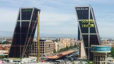 """Escaladores de Greenpeace suben a una de las Torres Kio y despliegan una pancarta de 300 m2 con un """"No al TTIP"""""""