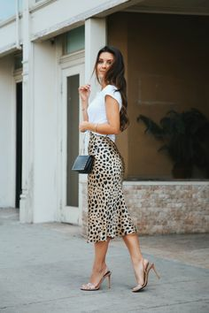 Everyone needs a little leopard print in their life 🐆Silk Satin Leopard Skirt Outfit Fashion Look Style Jupe Midi Leopard, Leopard Skirt Outfit, Leopard Print Skirt, Skirt Outfits, Dress Skirt, Cute Outfits, Animal Print Skirt, Satin Skirt, Edgy Outfits