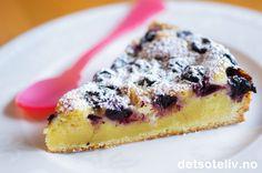 Hvit Sjokoladekake med blåbær og sitron.   http://www.detsoteliv.no/oppskrift/hvit-sjokoladekake-med-blabaer-og-sitron