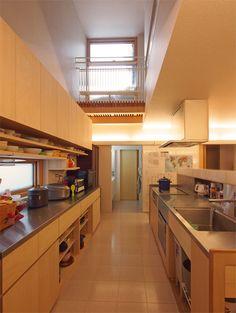 キッチンは吹き抜けから採光するので明るい。造作キッチンは見た目もスッキリ