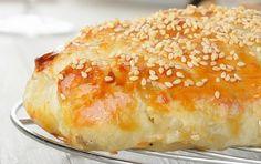 Μια υπέροχη τυρόπιτα με κόκκινες πιπεριές και σπιτικό φύλλο. Μια συνταγή για να απολαύσετε μια από τις αγαπημένες πίτες μικρών και μεγάλων. Για μεγαλύτερη Greek Pastries, Filo Pastry, Greek Cooking, Strudel, Yams, Easter Recipes, Easter Food, Greek Recipes, Pie Dish