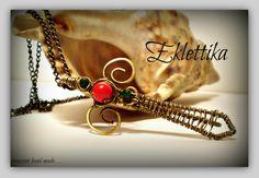 Ciondolo a forma di spada in ottone e perle