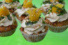 Carola bakt Zoethoudertjes: Hartige mini cupcakes met hummus toeven